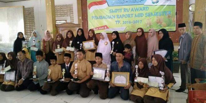 SMP IT RU Award; Motivasi bagi guru dan siswa SMP IT RU agar terus gali potensi capai prestasi